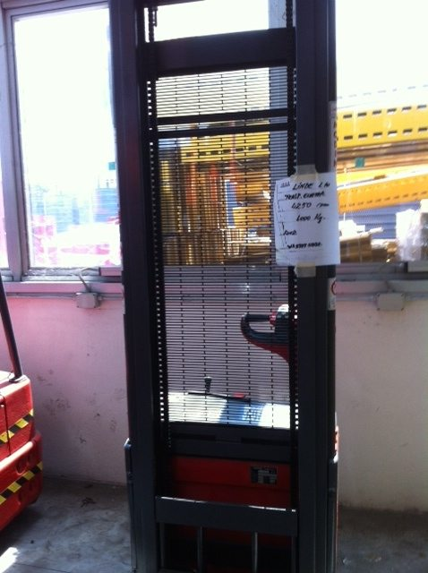 Carrello elevatore elettrico a timone Linde transpallet usato - SGA Shop Metal Shelves